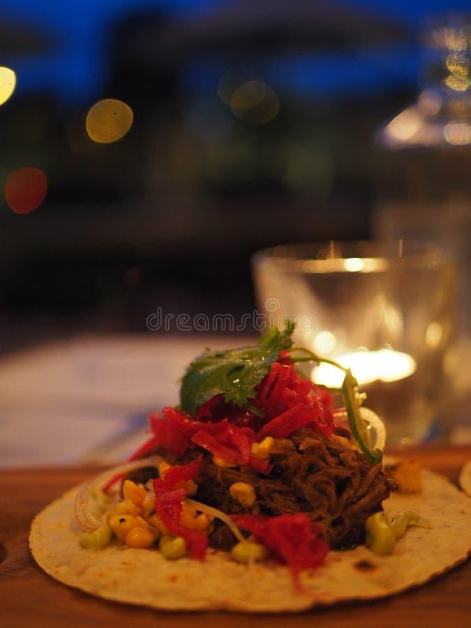 De tortilla van het trekkrachtvarkensvlees met ruimte voor tekst royalty-vrije stock fotografie