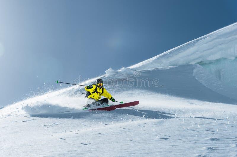 De totale lengte van het ski?en op vers sneeuwpoeder Professionele skiër buiten het spoor op een zonnige dag royalty-vrije stock fotografie