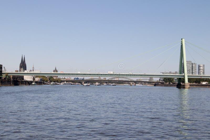 De totale mening van severins overbrugt en de gebouwen bij de Rijn-rivier in Keulen Duitsland stock foto