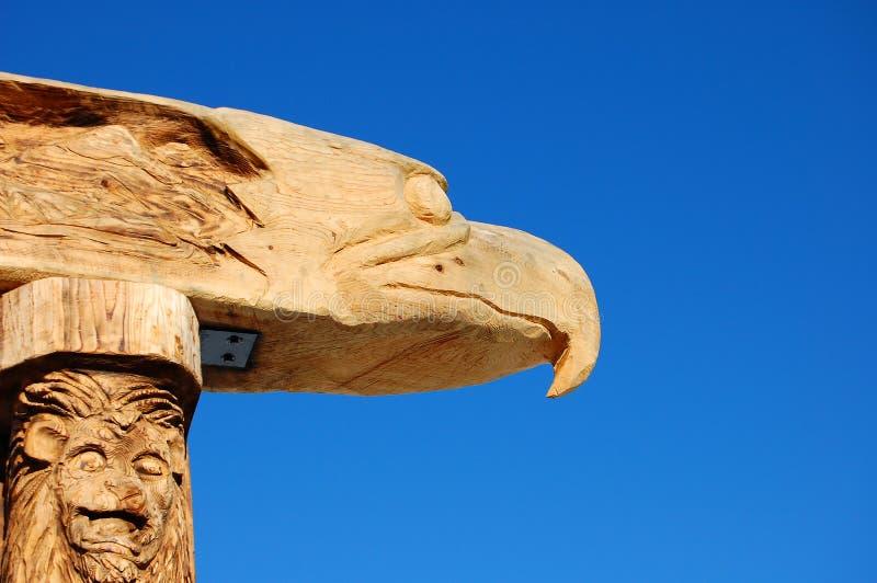 De Totempaal van het Houtsnijwerk van de adelaar en van de Leeuw stock afbeelding