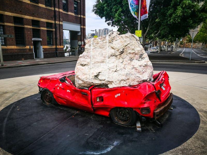 De ` toujours la vie avec le ` de pierre et de voiture la baie de Walsh sculptent l'illustration qui est pierre énorme lâchée sur images libres de droits