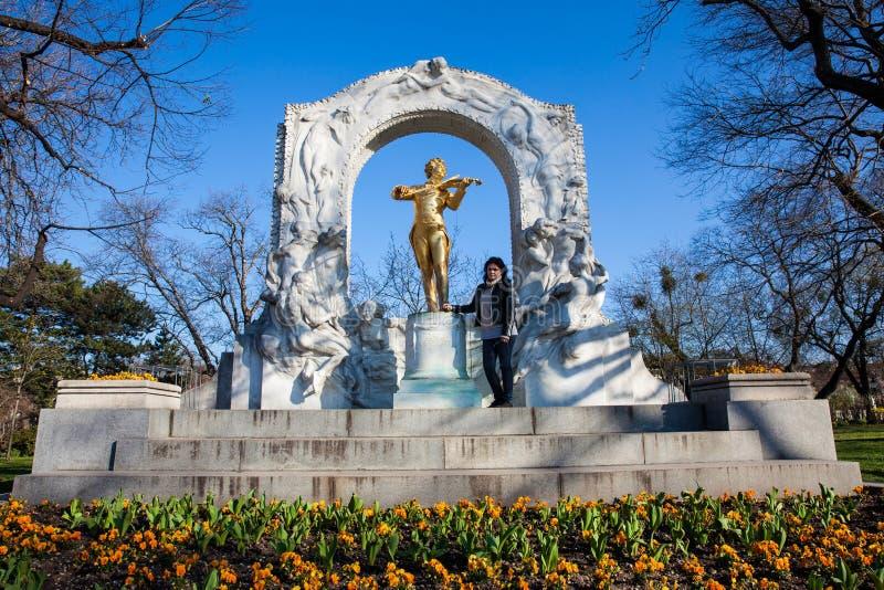 De touristes étant photographié à côté du monument à Johann Strauss II chez Stadtpark dans une belle journée de printemps tôt images libres de droits