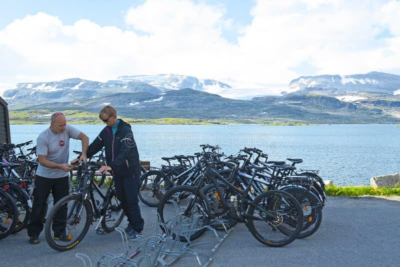 De touristes louant un vélo dans Finse, Norvège images stock