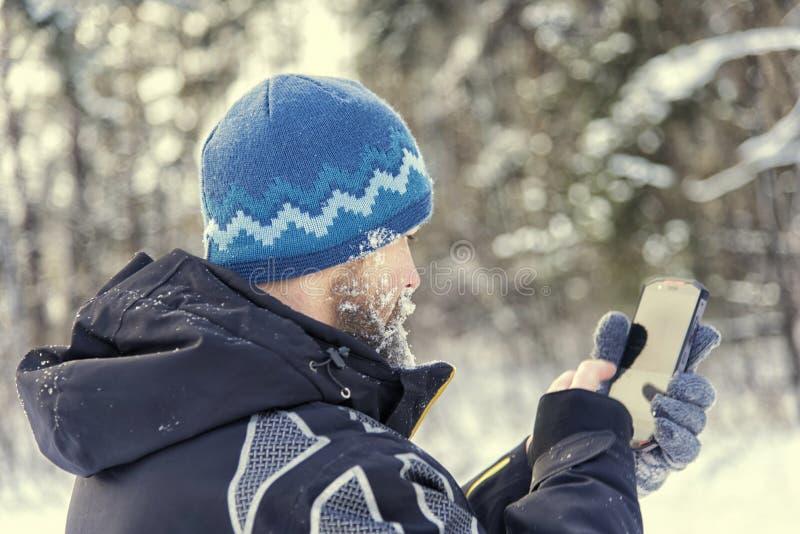 De touristes obtenu a perdu dans la forêt et écrit les coordonnées dans le navigateur de GPS photographie stock