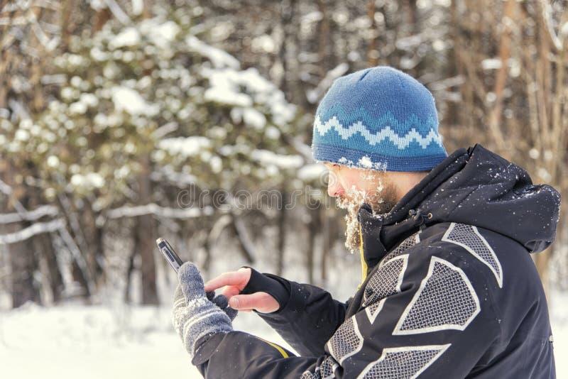 De touristes obtenu a perdu dans la forêt et écrit les coordonnées dans le navigateur de GPS photos stock