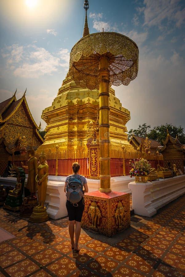 De touristes visite le temple bouddhiste Chiang Mai Province de Wat Phrathat Doi Suthep Theravada images libres de droits