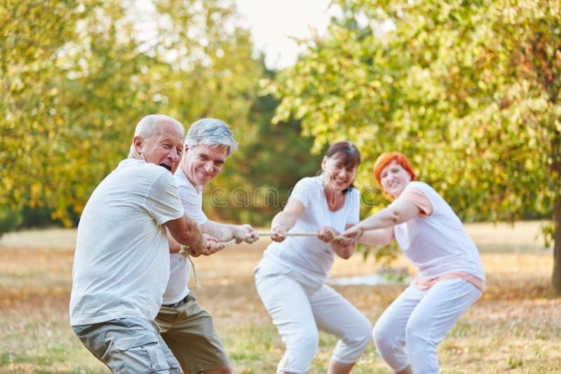 De touwtrekwedstrijdconcurrentie met bejaarden stock foto's