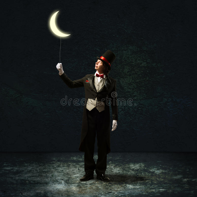 De tovenaar houdt de maan op een koord stock afbeelding