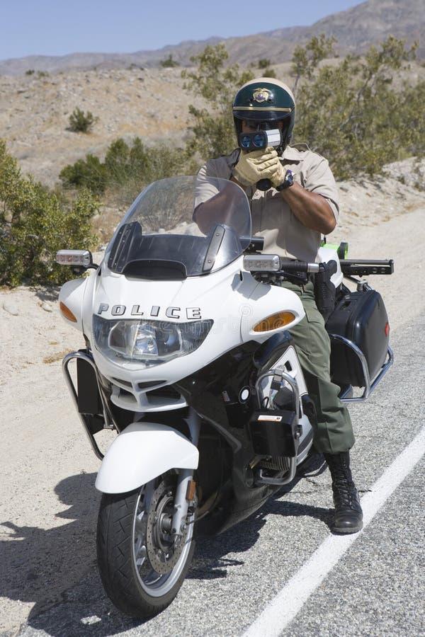 De tráfico del poli de la supervisión de la velocidad arma del radar sin embargo imagenes de archivo