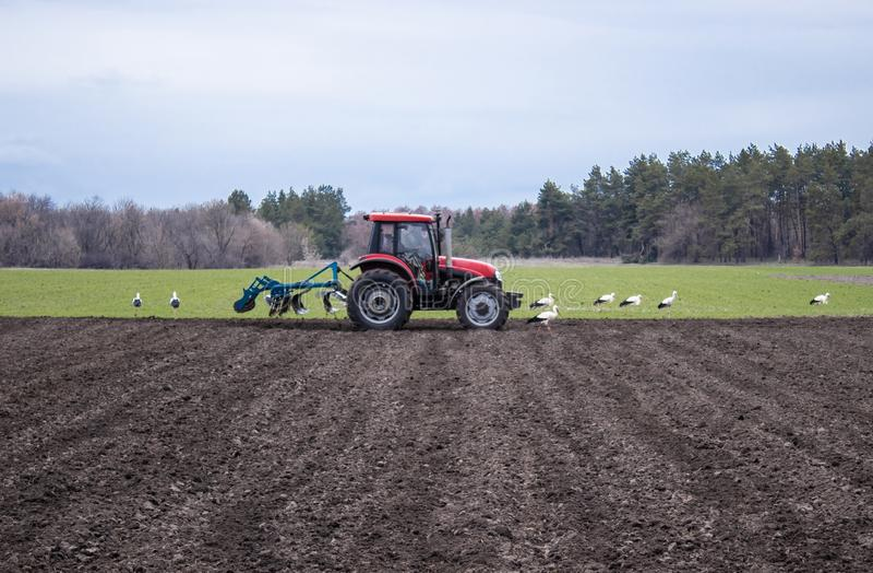 De tractor behandelt het land De landbouwers bereiden het land voor het zaaien van zaden voor royalty-vrije stock fotografie