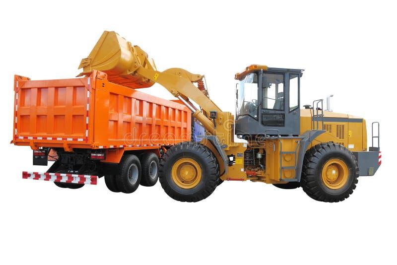 De tractor-lader laadt de vrachtwagen royalty-vrije stock afbeelding