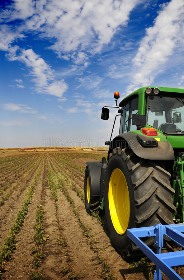 De tractor - moderne landbouwbedrijfapparatuur stock foto's