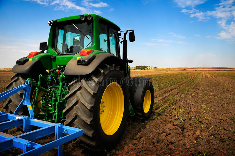 De tractor - moderne landbouwbedrijfapparatuur stock afbeelding