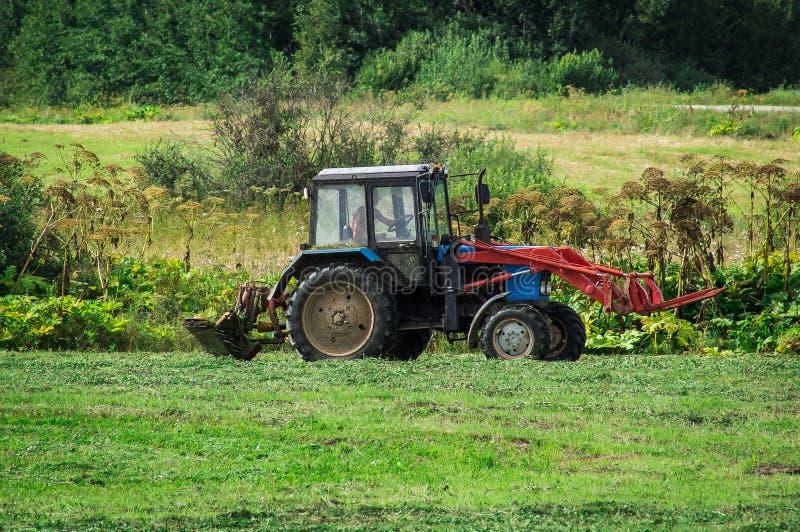 De tractor op het hooi in Rusland royalty-vrije stock foto's