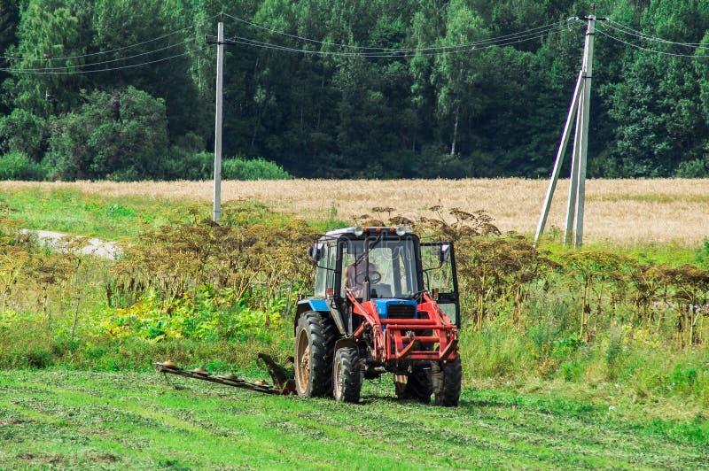De tractor op het hooi in Rusland stock foto's