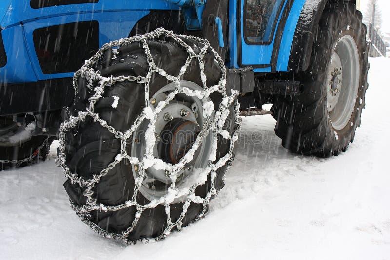 De tractorwielen van sneeuwkettingen royalty-vrije stock afbeeldingen