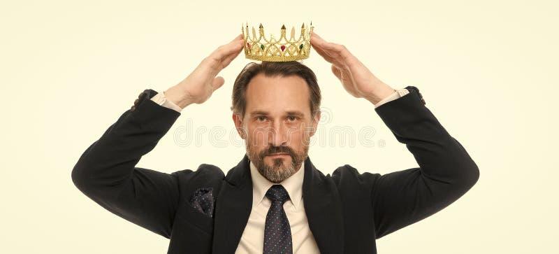 De tradities van de monarchiefamilie De gebaarde kerel van de mensenaard in gouden de kroonsymbool van de kostuumgreep van monarc royalty-vrije stock afbeelding