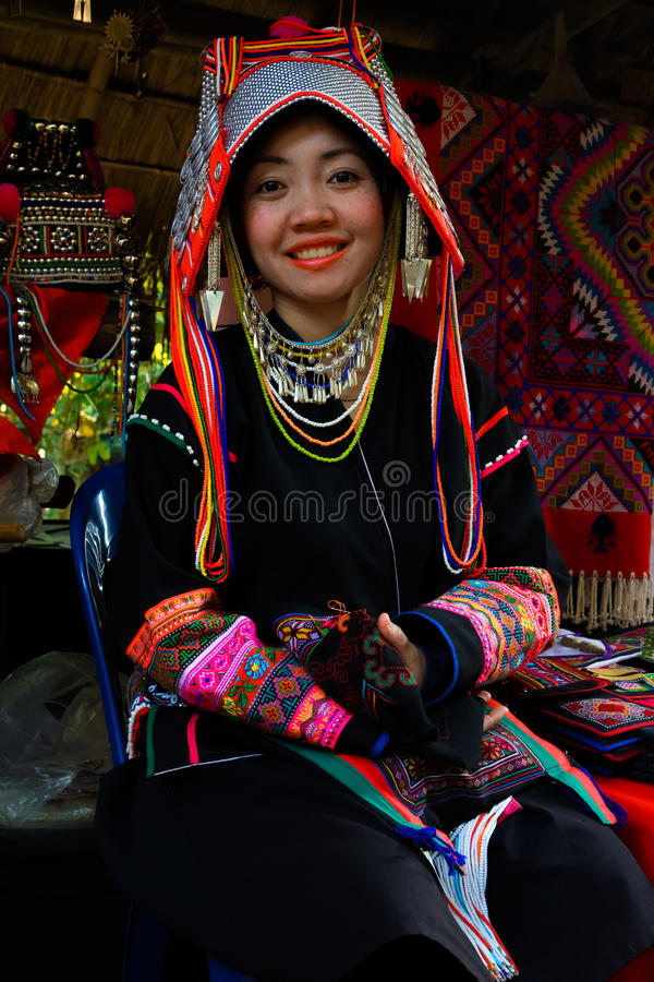 De traditioneel geklede Akha-vrouw van de heuvelstam royalty-vrije stock foto's