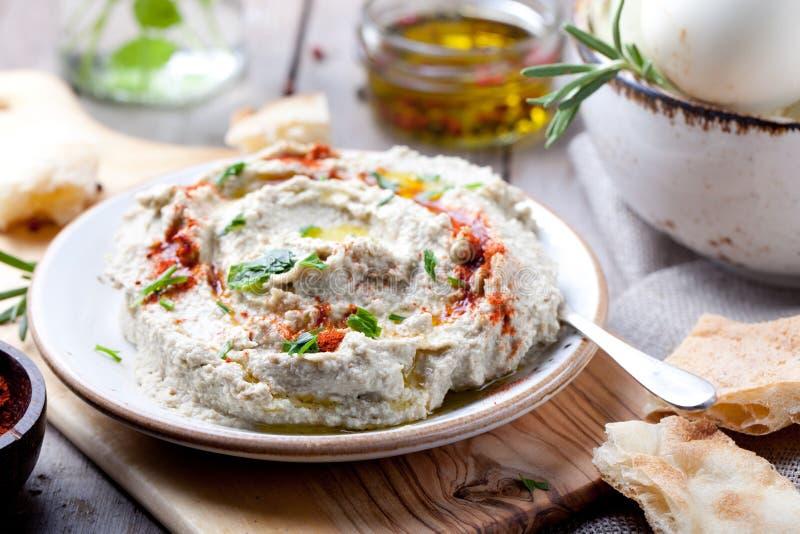 De traditionele Arabische baba van de aubergineonderdompeling ganoush met kruiden, gerookte paprika stock foto's
