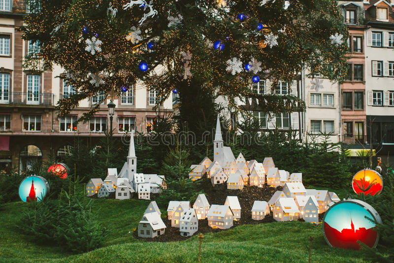 De traditionele atmosfeer van de Kerstmismarkt en speelgoeddecoratie in Frankrijk met toeristen die pret hebben royalty-vrije stock fotografie