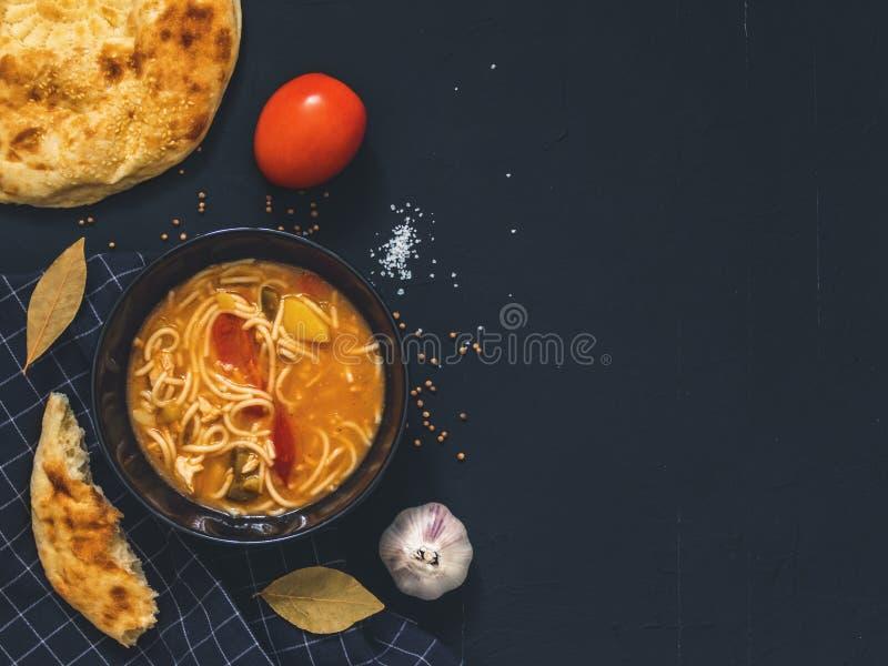 De traditionele Aziatische schotel is Lagman Aziatische flatbread lavash, knoflook, tomaten, noedels, Spaanse peper, aubergine, a royalty-vrije stock afbeelding