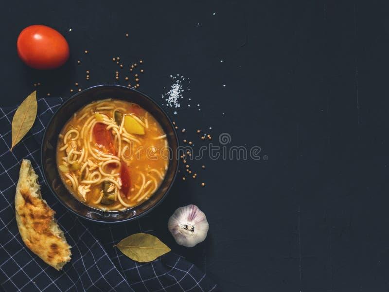 De traditionele Aziatische schotel is Lagman Aziatische flatbread lavash, knoflook, tomaten, noedels, Spaanse peper, aubergine, a royalty-vrije stock fotografie