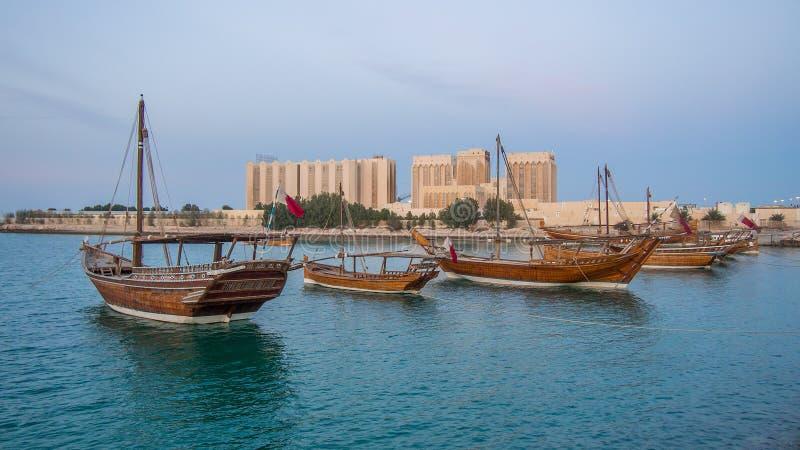 De traditionele boten genoemd worden Dhows verankerd in de haven stock foto's