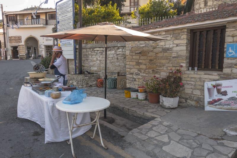 De traditionele bouw en straat op Cyprus stock fotografie