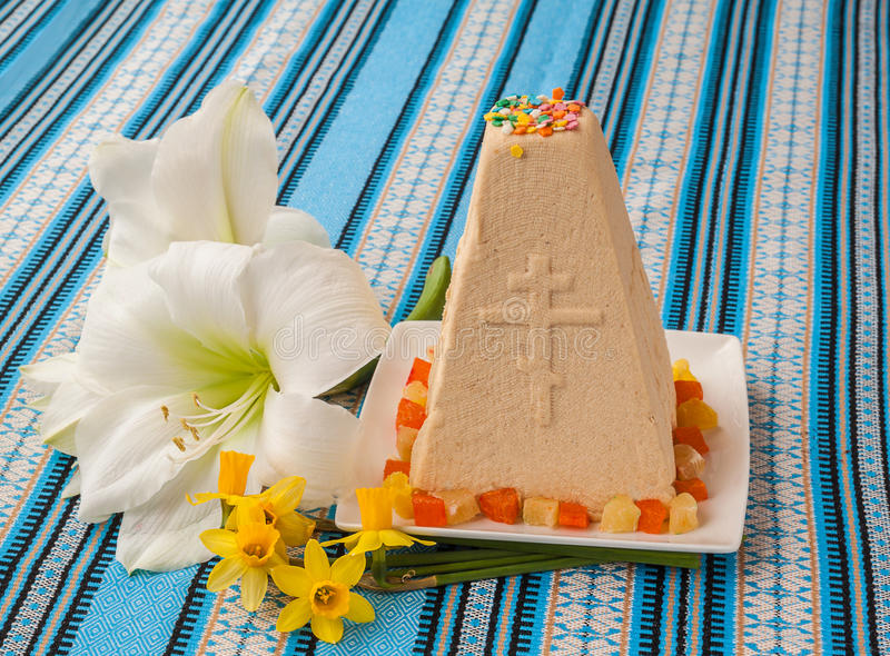 De traditionele cake van gestremde melkpasen op geborduurd tafelkleed stock afbeelding