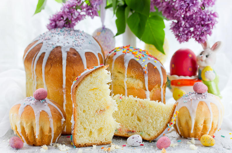 De traditionele cake van het broodpaska van Pasen zoete kulich stock foto