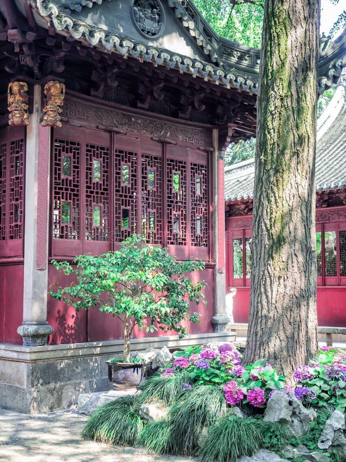 De traditionele Chinese bouw met overladen dak en rode vensters in Yu tuiniert, Shanghai, China stock fotografie