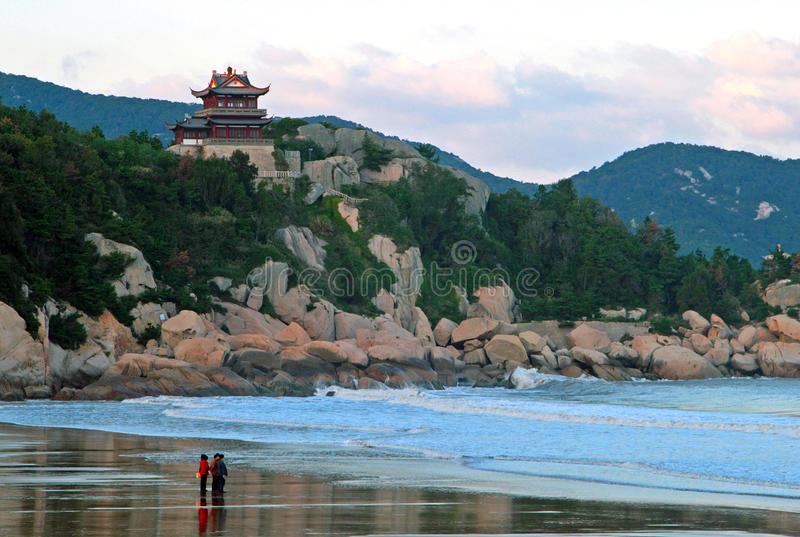 De traditionele Chinese bouw op klip van de kust van het Oosten C stock afbeelding