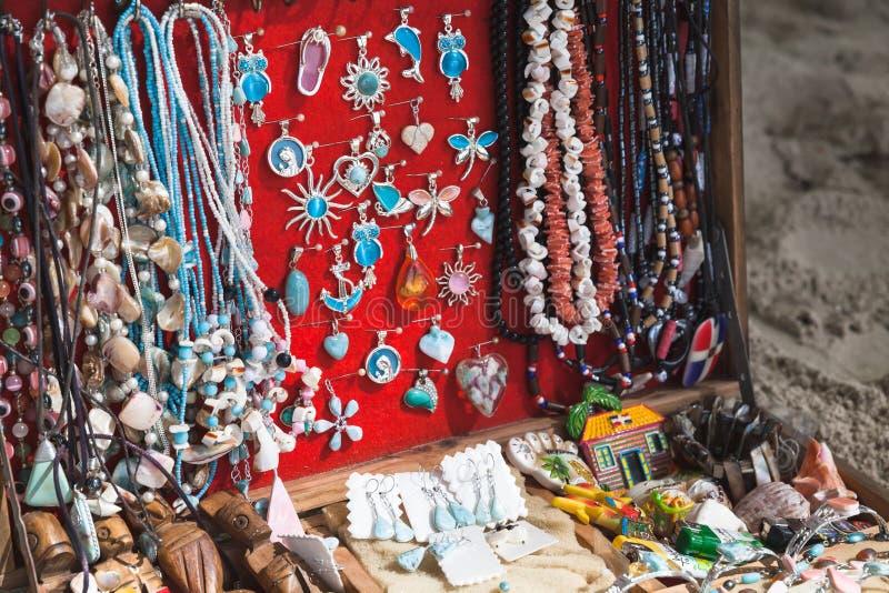 De traditionele Dominicaanse juwelen zijn op teller stock foto's