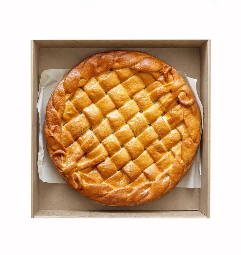 De traditionele eigengemaakte plattelander bakte pastei met seizoengebonden die fruit of vlees invullend kartondoos op wit wordt  royalty-vrije stock fotografie