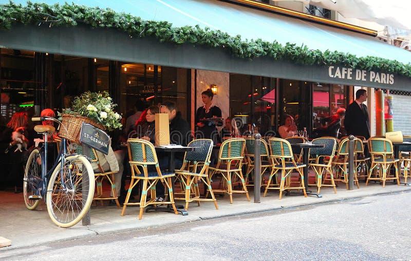 De traditionele Franse die koffie DE Parijs voor Kerstmis, Parijs, Frankrijk wordt verfraaid stock afbeelding