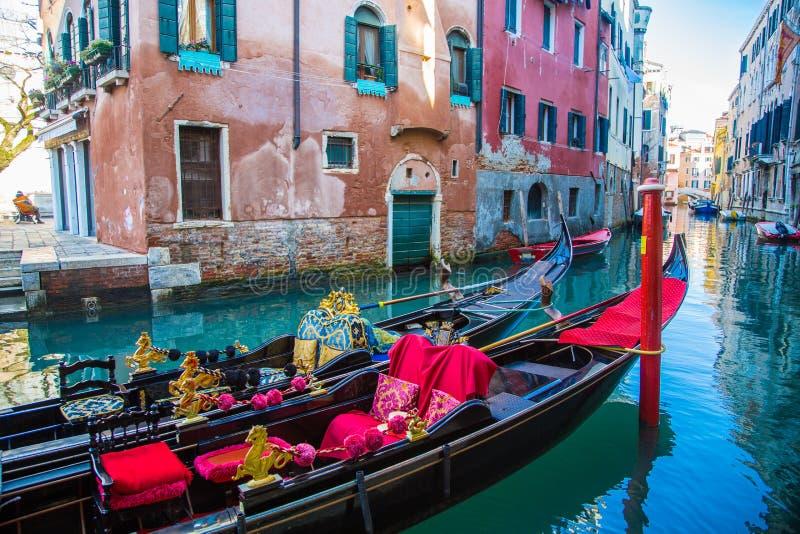 De traditionele gondels die van Venetië op een romantische rit wachten royalty-vrije stock fotografie