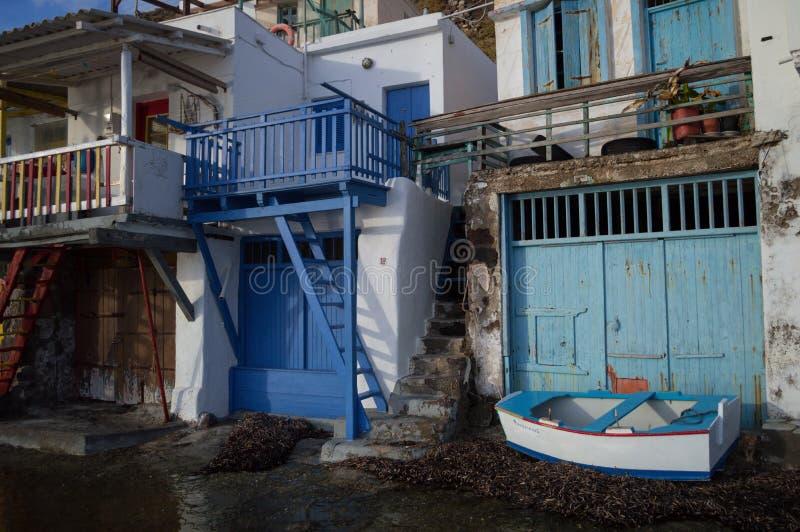 De traditionele Griekse Huizen en de Boot van het Visserijdorp in Klima, Milo royalty-vrije stock foto