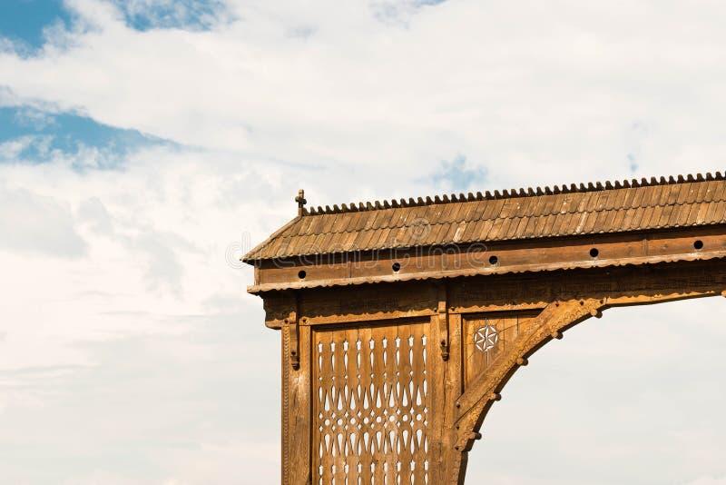 De traditionele hand sneed symbolisch poortfragment bij de dorpsingang royalty-vrije stock foto's