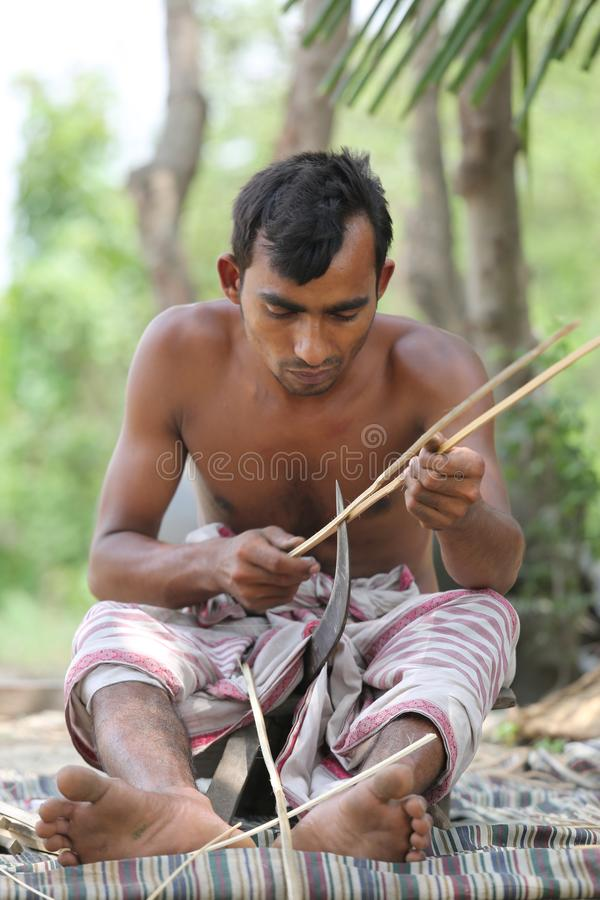 De traditionele handventilators worden gemaakt in Cholmaid in de Unie van Dhaka's Bhatara na het brengen van grondstoffen van M stock foto's