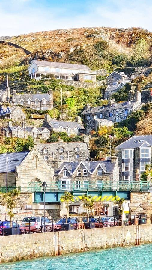 De traditionele huizen van Sunny Barmouth Wales op de helling royalty-vrije stock fotografie