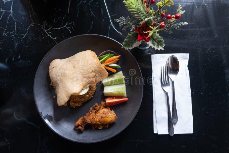 De traditionele Indonesische voedselschotel met gebraden rijst en kip Het is zeer heerlijk voedsel voor de mensen Indonesië Dit v stock foto's