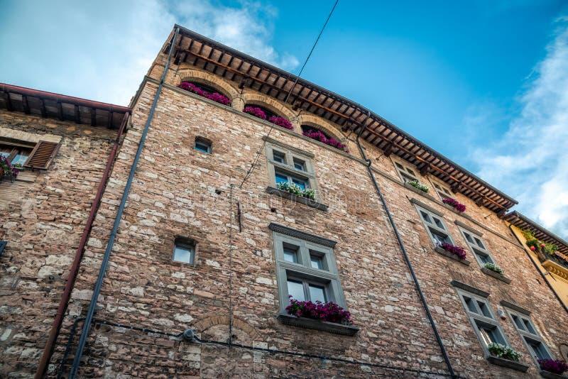 De traditionele Italiaanse middeleeuwse bouw met huizen in het historische centrum van mooie stad van Spello, in Umbria Region, I royalty-vrije stock foto's