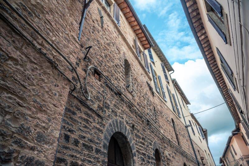 De traditionele Italiaanse middeleeuwse bouw met huizen in het historische centrum van mooie stad van Spello, in Umbria Region, I stock fotografie