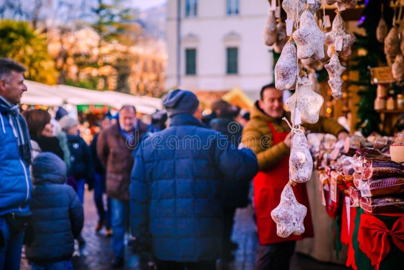 De traditionele Italiaanse salami en het varkensvlees bevlekken vlees op Trentino Alto Adige, Kerstmismarkt van Italië royalty-vrije stock foto