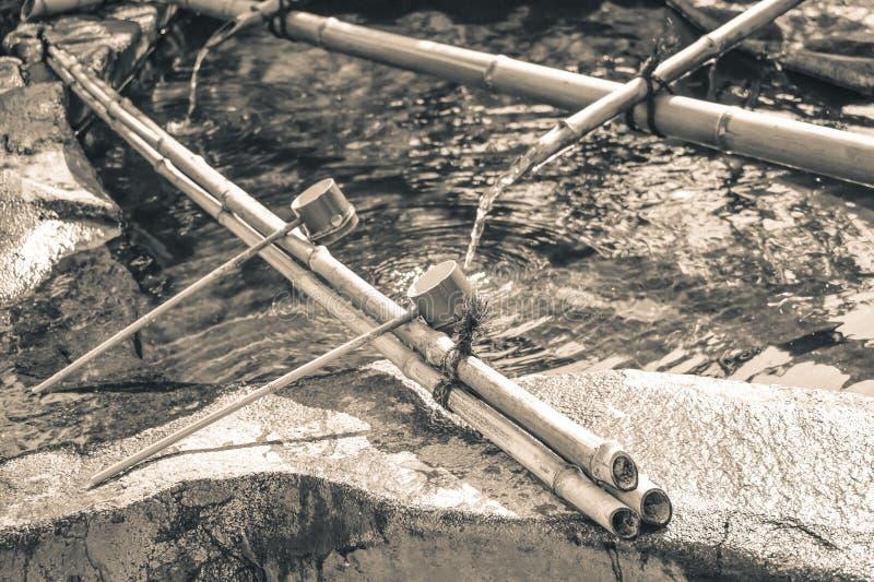 De traditionele Japanse plechtige die gietlepels worden gebruikt aan waren handen alvorens tempel het liggen in te gaan royalty-vrije stock fotografie
