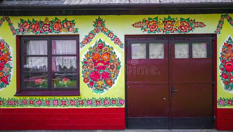 De traditionele kleurrijke bouw in Zalipie-dorp in Polen royalty-vrije stock foto's