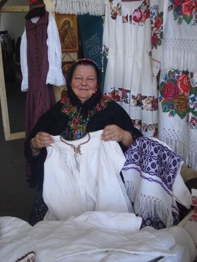 De traditionele kostuums blokkeren bij traditionele warenmarkt bij Roemeens Boermuseum in Boekarest, Roemenië op 13 September, 20 royalty-vrije stock fotografie