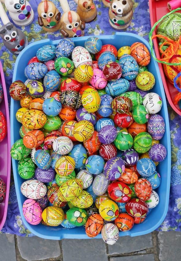 De traditionele Litouwse landelijke eigengemaakte houten eieren en de giften van Easters stock afbeelding