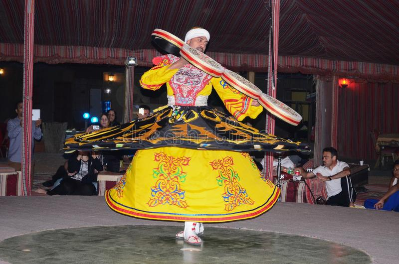 De traditionele moslimdanser van de derwisjstraat royalty-vrije stock fotografie