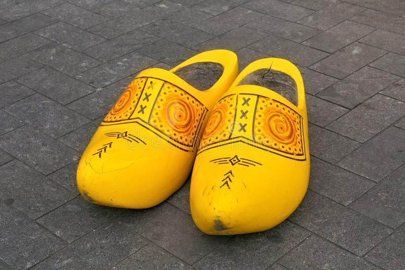De traditionele Nederlandse houten grote die klompsschoenen ook als belemmeringen worden bekend of klompen royalty-vrije stock fotografie